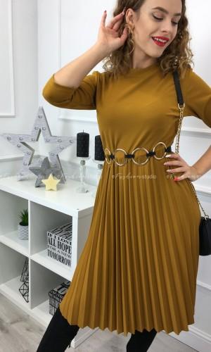 Camelowa sukienka z plisowanym dołem i ozdobnymi guzikami / Madame