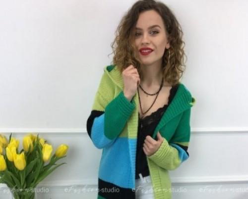 Kolorowe swetry w wiosennych stylizacjach