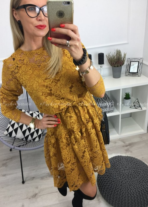 Musztardowa sukienka z koronki Certina